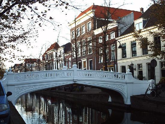 Delft, هولندا: Puente blanco de Delft