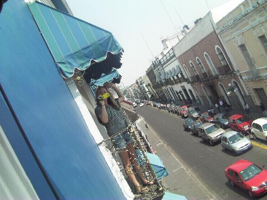 Hotel Puebla Plaza: Balcony overlooking the street