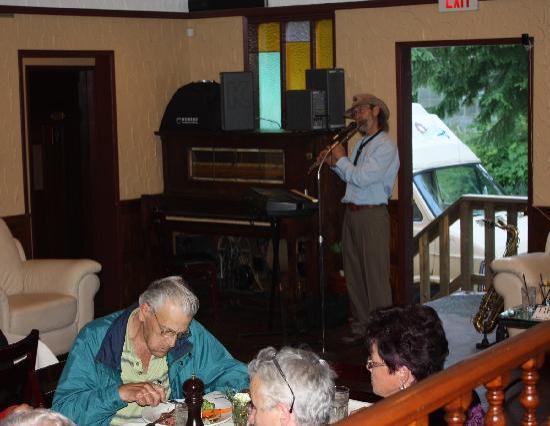 Pioneer Inn: Blick ins Restaurant. Dia-Schau mit Fotos gemacht vom Besitzer. Country-Sänger