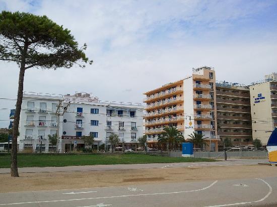 Sorrabona Hotel: Hotel from beach