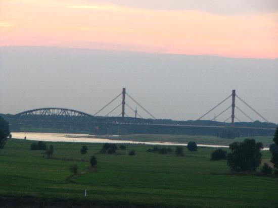Duisburg, Alemania: Blick von der Rheinbrücke auf die westlichen Rheinwiesen