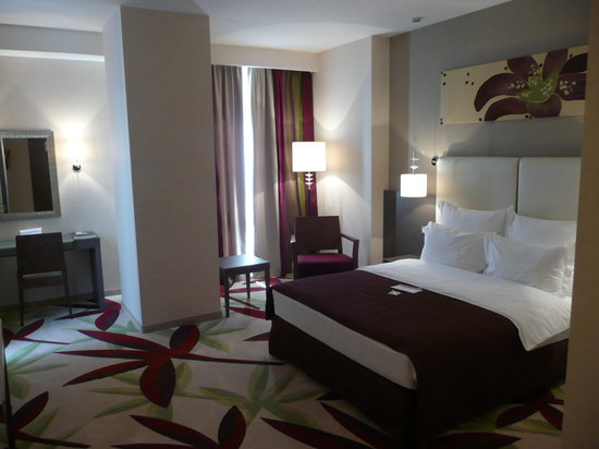 Golden Tulip Ana Dome : Spacious Room & Bed
