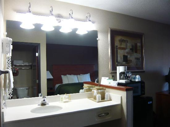 Comfort Inn Portland : Vanity separate from bathroom