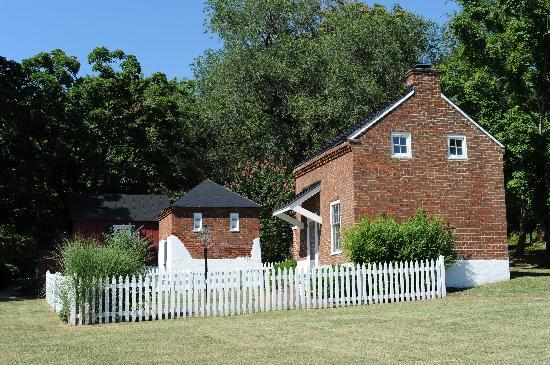 Middleton Inn: The Cottage. Complete with white picket fence.