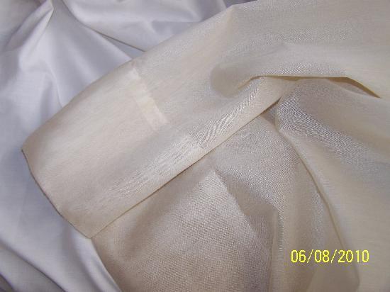 Finca Vista Bonita: cortina comparada con ropa de cama