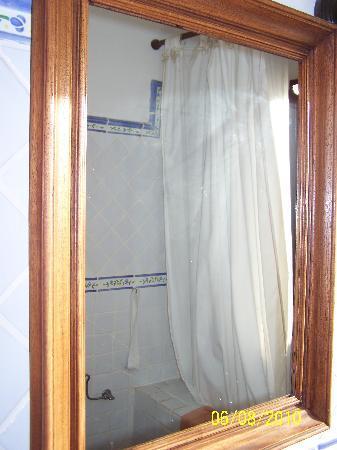 Finca Vista Bonita: espejo sin limpiar