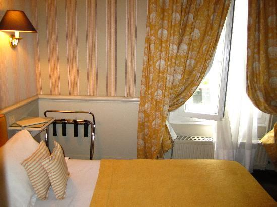Our cute yellow room picture of hotel du champ de mars for Cute hotel rooms