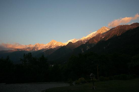 Alpine Retreat Holiday Farmhouse and Apartments : Sunset view over Mont Blanc from the lawn