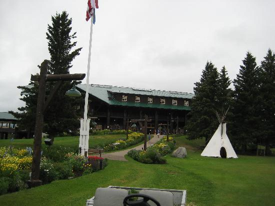 Glacier Park Lodge from road