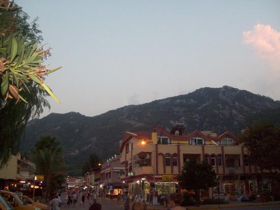 Oz-can Hotel: Turunc main street outside hotel