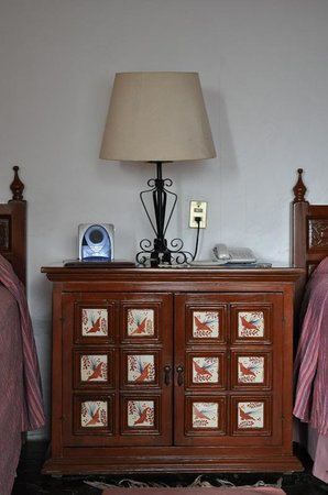 Posada Del Tepozteco: Mesa de noche