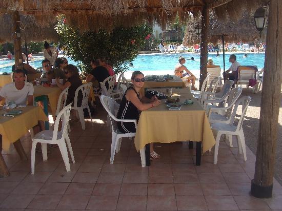 Hotel Cedriana: Petit déjeuné au bord de la piscine