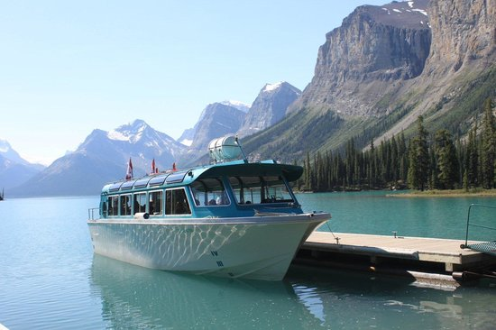 Maligne Lake Cruise : Boat docked at Spirit Island