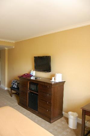 Holiday Inn Express Savannah-Historic District: Dresser and TV