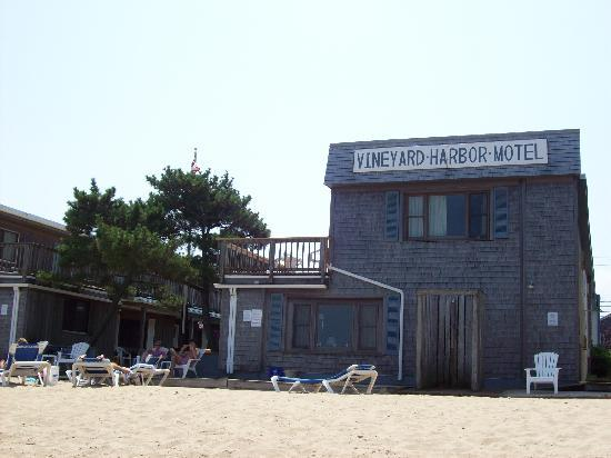 Vineyard Harbor Motel: Nice clean beach with plenty of beach chairs