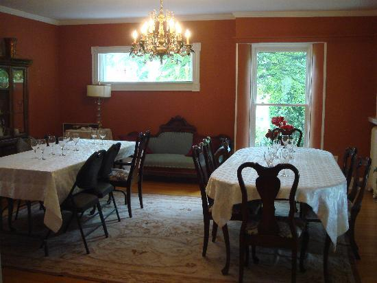 Ezra Annes House Bed and Breakfast: Dining Room