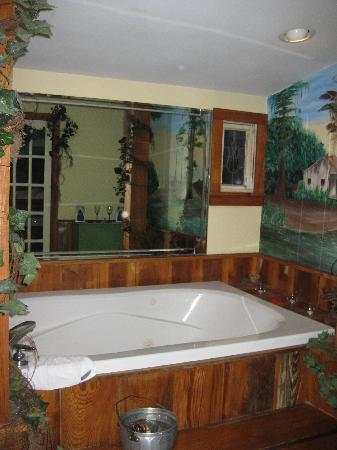 Maison D'Memoire Bed & Breakfast Cottages: The beautiful jacuzzi tub