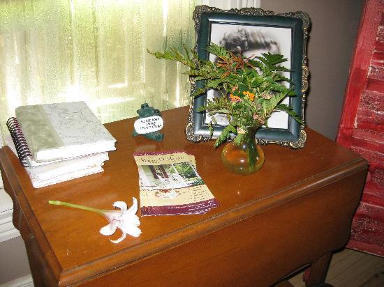 Maison D'Memoire Bed & Breakfast Cottages: Fresh flowers in all the rooms. Such a great touch!