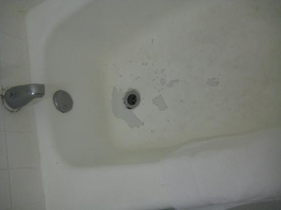 Holiday Surf Hotel: cracked tub