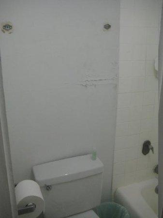 Holiday Surf Hotel: bathroom