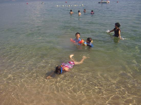 Camayan Beach Resort and Hotel: Kids enjoying the water.