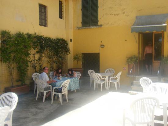 Hotel Villa Belvedere: Outdoor courtyard optional eating area