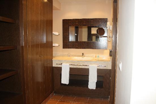 Be Live Collection Saidia: Lavabo ( exterior al baño) y ropero ( con caja fuerte)