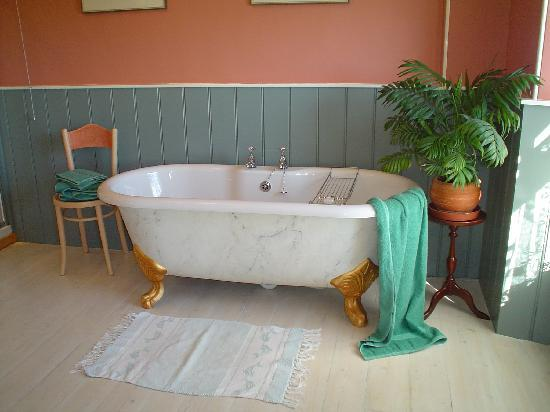 Bangors Organic Bed & Breakfast: Menhir bathroom