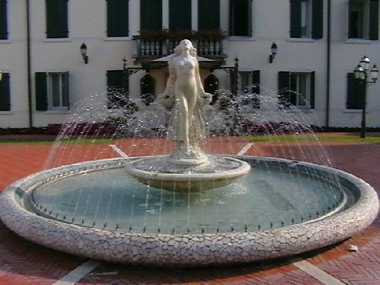 Monastier di Treviso, Italie : fountain in front of the villa
