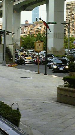 Miramar Garden Taipei: ホテル正面玄関です。送迎車など頻繁に入ってきます