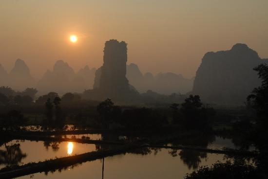 Hidden Dragon Villa: Vue de notre chambre au lever du soleil