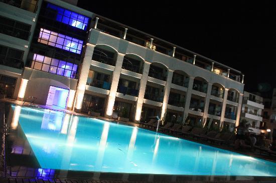 'Αλμπατρος: Une vue nocturne de la cours intérieure