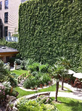Honigmond Garden Hotel: Garden in back of hotel