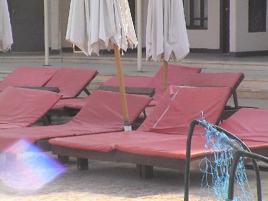 Aida Hotel Sharm El Sheikh El Hadaba : lettini con materassino sporchi e tagliati