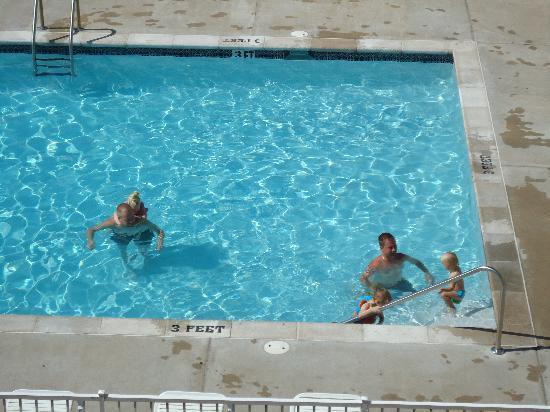 Kapilana Resort: part of the pool