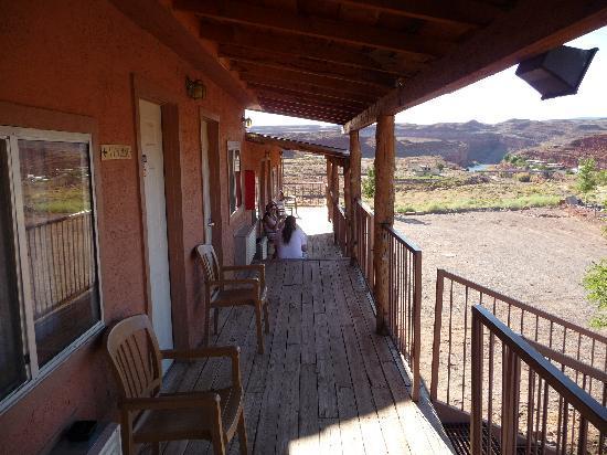 Hat Rock Inn: looking along the verandah outside room
