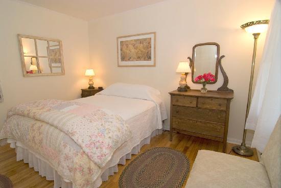 The Woodstock Inn on the Millstream: Room 8