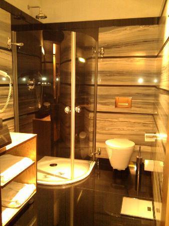 Hotel Monopol: Bathroom