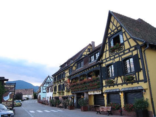 Itterswiller, Frankreich: Hotel restaurant (reception and main building on opposite site) this main part of village
