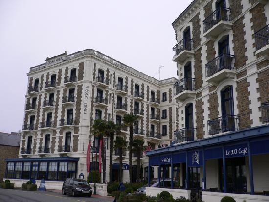 Hôtel Barrière Le Grand Hôtel: La façade de l'hôtel