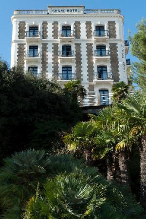 Hôtel Barrière Le Grand Hôtel: L'hôtel vu de la mer