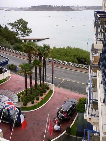 Hôtel Barrière Le Grand Hôtel: Vue sur la cour d'en haut