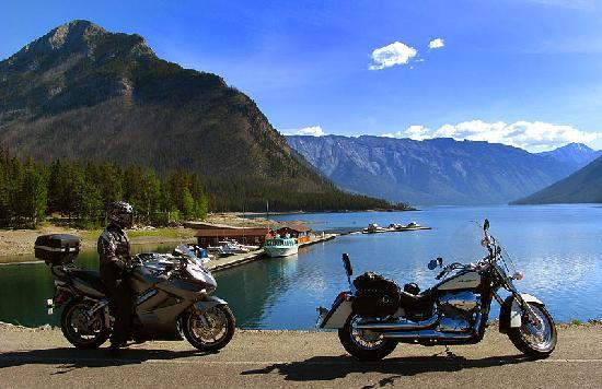 Banff Beaver Cabins: Bikes at Minnewanka