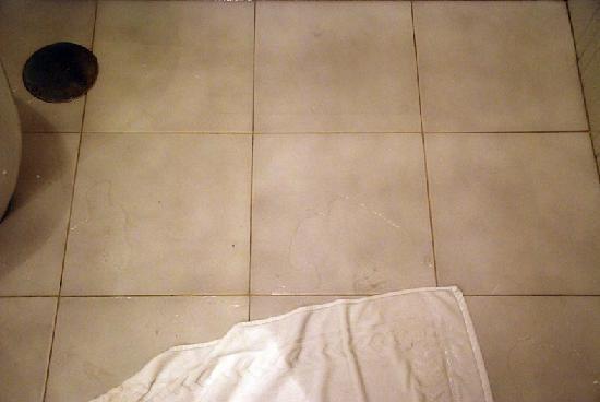 Hotel Menfis: Tubature intasate, allagando il bagno