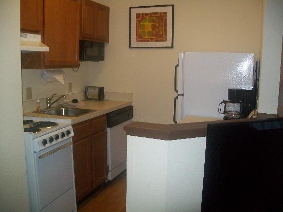 TownePlace Suites Charlotte Arrowood: Kitchen