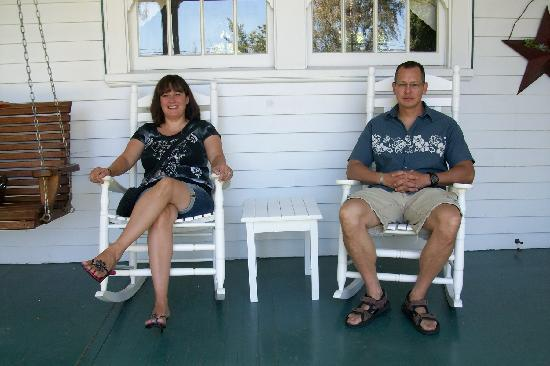 Kelty Estate Bed and Breakfast: relaxing on the front porch