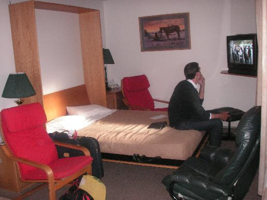Bow Valley Motel : Murphy bed pulled down in sitting area