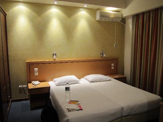 Golden City Hotel: Comfortable bed