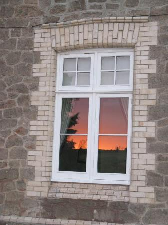 Langtry Country House: Sun setting in the dining room window