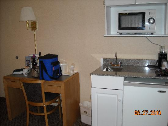 Cristata Inn: Seating/Kitchenette Area